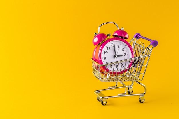 Relógio despertador e mini carrinho com cópia espaço
