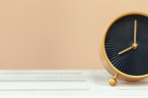 Relógio despertador na mesa de madeira fechar