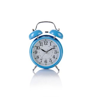 Relógio despertador no conceito de tempo isolado no branco