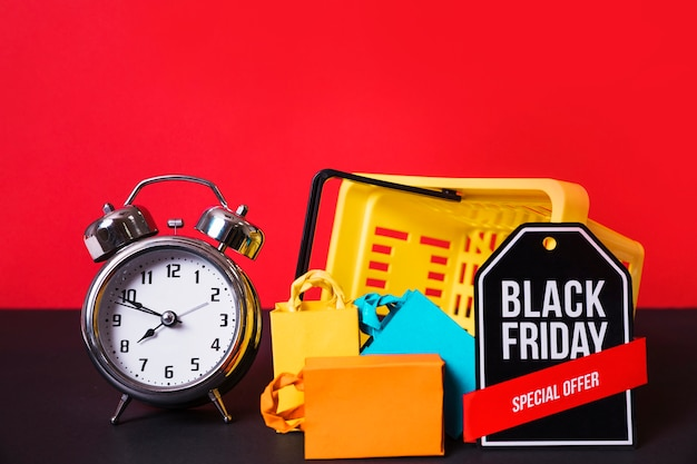 Relógio despertador perto de carrinho de compras e sinal