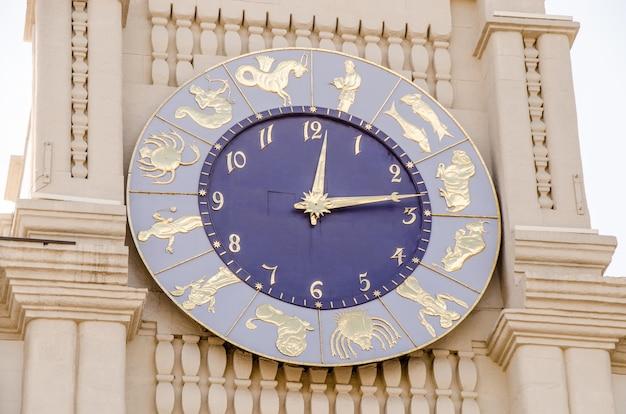 Relógio do zodíaco na torre.