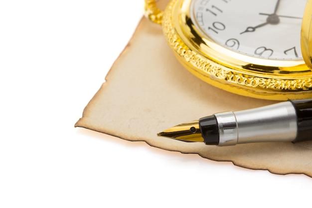 Relógio e caneta em pergaminho vintage isolado