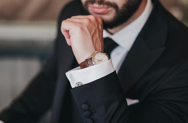 Relógio e terno masculinos clássicos caros
