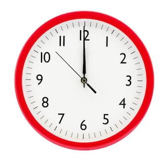 Relógio em um fundo branco isolado mostra 12 horas na véspera de ano novo