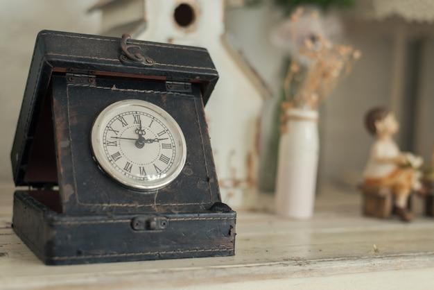 Relógio em um fundo de madeira.