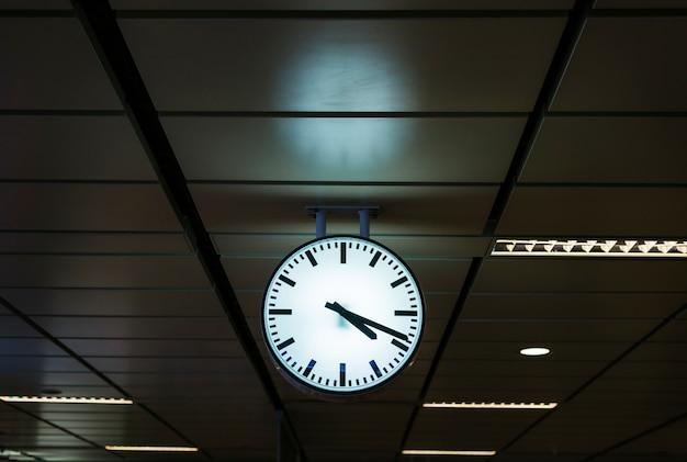 Relógio em uma estação de trem