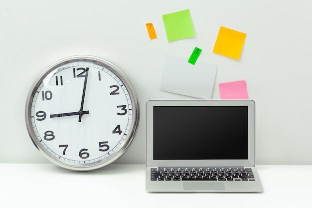 Relógio em uma mesa de escritório