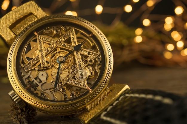 Relógio esqueleto vintage com estrela de david em fundo de madeira