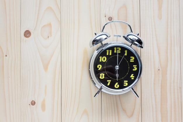 Relógio estilo retro show 6 horas no fundo de madeira