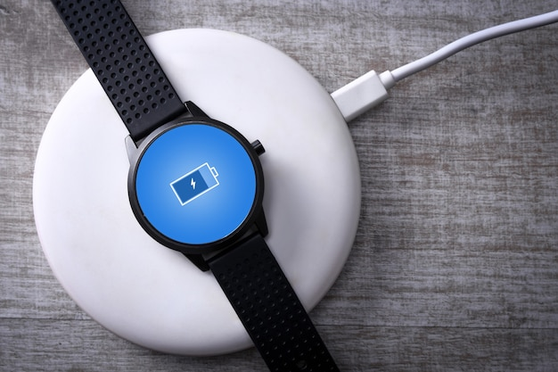 Relógio inteligente com carregamento sem fio com indicador de carregamento na tela.