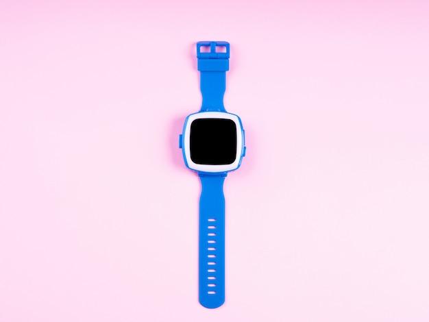Relógio inteligente com tela preta em rosa degradê mínimo