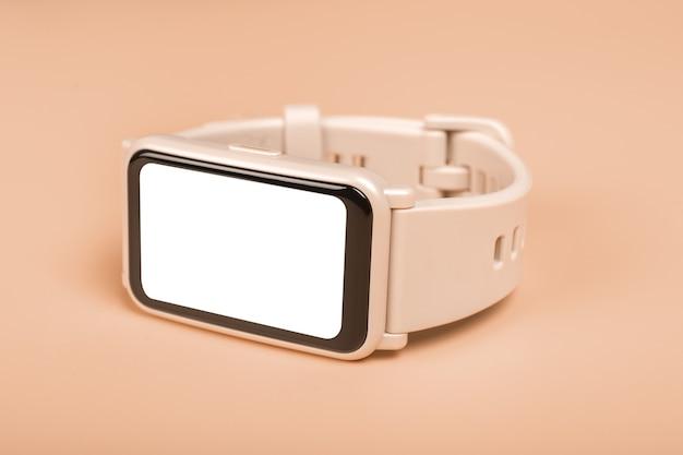 Relógio inteligente de maquete fitness com tela branca em branco close-up. conceito de relógio de fitness