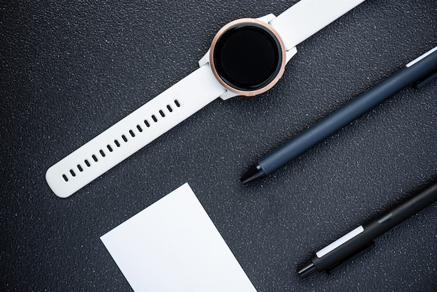 Relógio inteligente e caneta inteligente em fundo preto