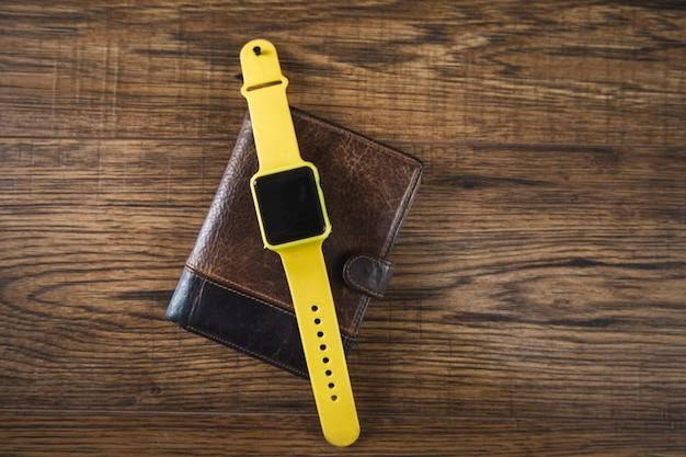 Relógio inteligente na carteira sobre a mesa