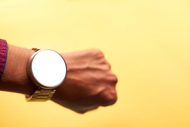 Relógio inteligente na mão