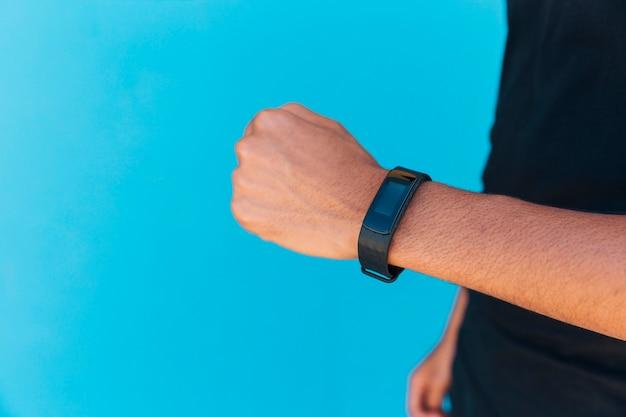 Relógio inteligente no braço masculino