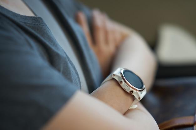 Relógio inteligente no pulso em posição de abraço