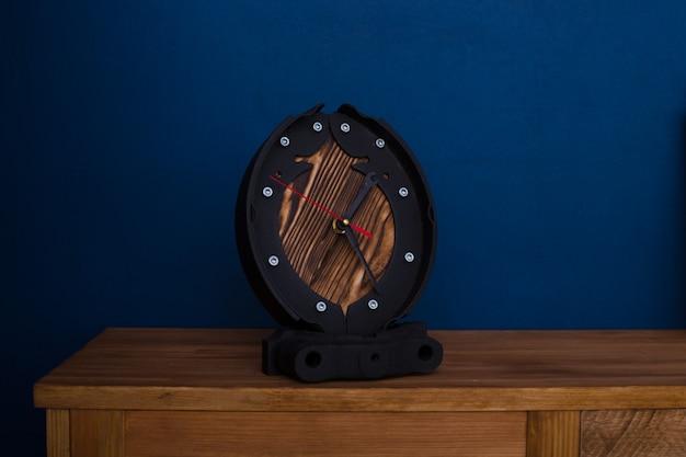 Relógio loft feito de peças automotivas de metal com mostrador em madeira