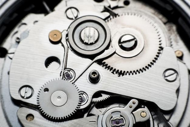 Relógio mecânico / relógio de engrenagem. feche acima das rodas denteadas e das engrenagens dentro do fundo do pulso de disparo