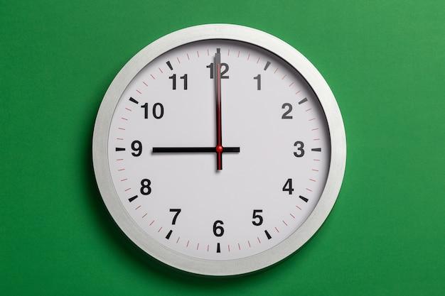 Relógio mostra nove horas