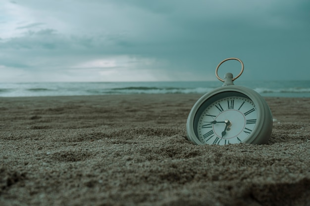 Relógio na areia da praia