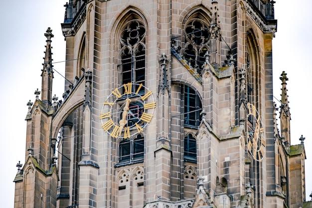 Relógio na catedral de linz, áustria