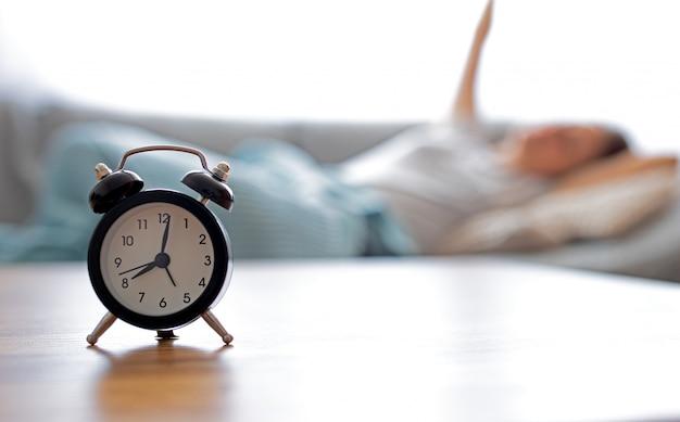 Relógio na frente de acordar mulher