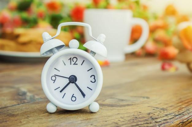 Relógio na mesa de café da manhã
