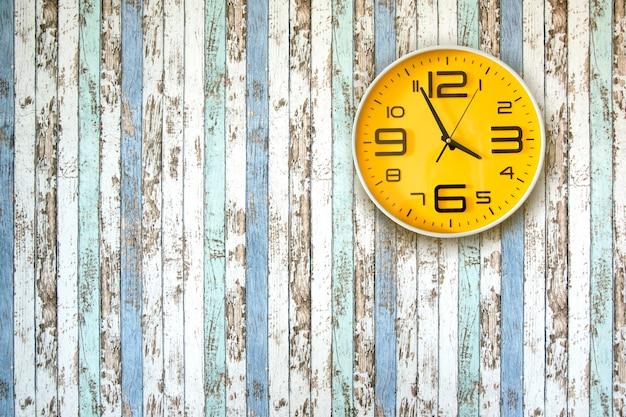 Relógio na parede de madeira.