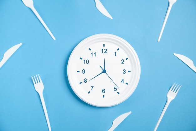 Relógio na placa. hora de comer