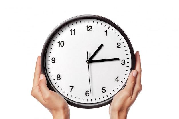 Relógio nas mãos isolado no branco