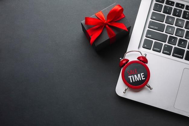 Relógio no laptop com espaço de cópia