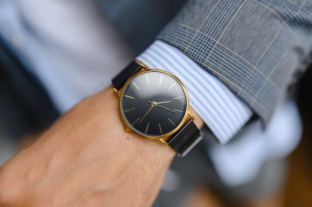 Relógio preto, camisa, jaqueta
