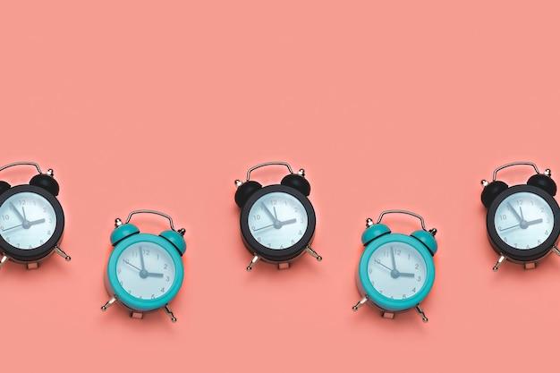 Relógio preto e azul em laranja pastel, conceito de tempo e prazo