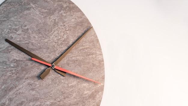 Relógio preto e vermelho as mãos contra o fundo branco