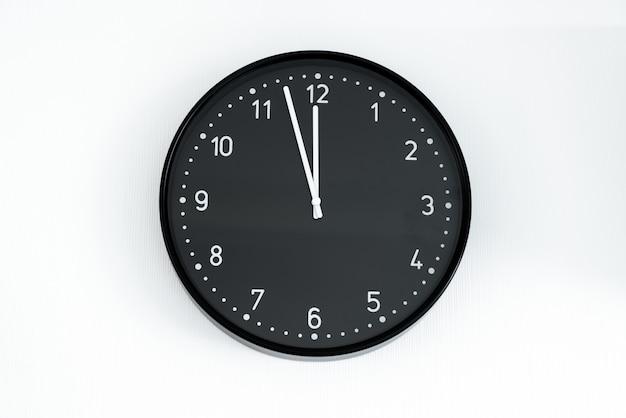 Relógio preto na parede
