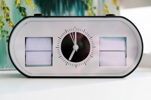 Relógio próximo mostrando a data e o dia da semana