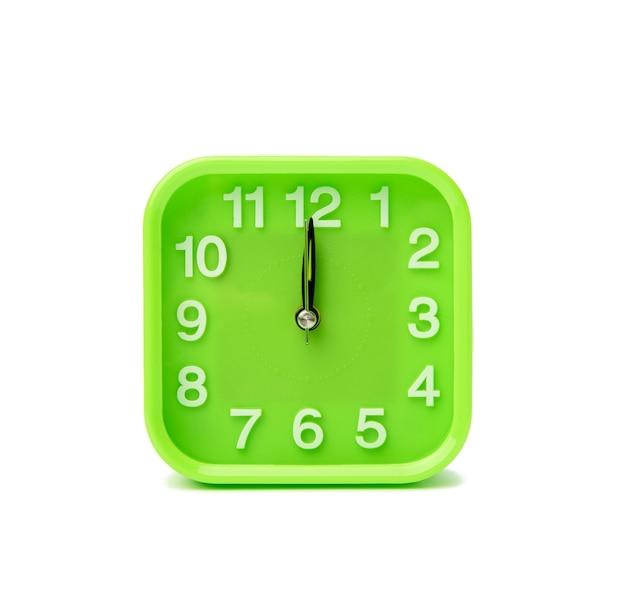 Relógio quadrado verde com números brancos isolados na superfície branca, close-up