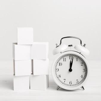 Relógio retrô com cubos brancos