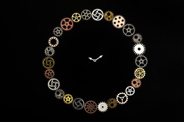 Relógio simples feito de pequenas rodas dentadas.