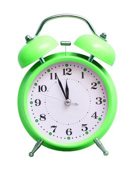 Relógio verde sobre branco isolado, que mostra as 12 horas aproximadas