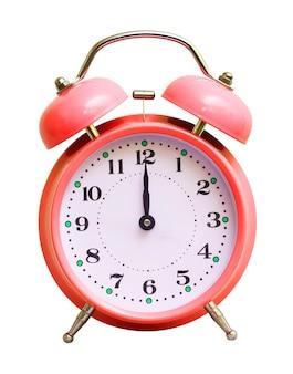 Relógio vermelho em branco isolado, que mostra 12 horas