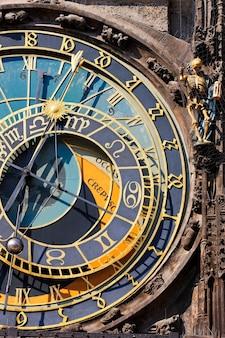 Relógio vertical Foto gratuita