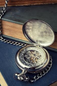 Relógio vintage antigo, um mecanismo contra o pano de fundo