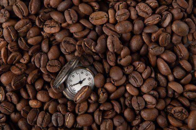 Relógio vintage com café