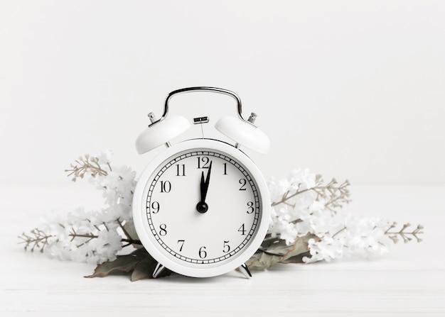 Relógio vintage com flores brancas