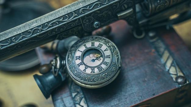 Relógio vintage com pistola a gasolina