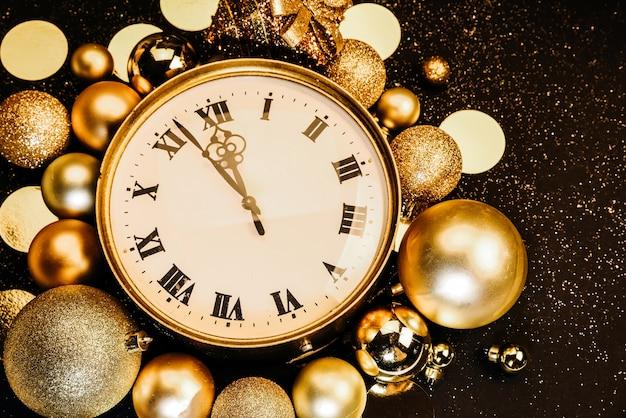 Relógio vintage dourado decorado com bolas de natal