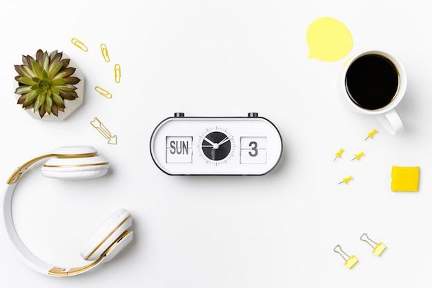 Relógio vintage e estacionário na maquete do espaço de trabalho