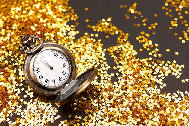 Relógio vintage em fundo de confete